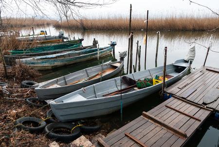 paisaje mediterraneo: Barcos de pesca tradicionales de madera en el lago Pamvotis cerca de Ioannina, Grecia