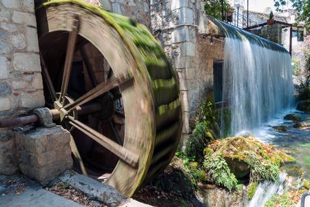 molino de agua: Antiguo molino de agua cerca de la cascada artificial en Livadeia, Grecia Foto de archivo