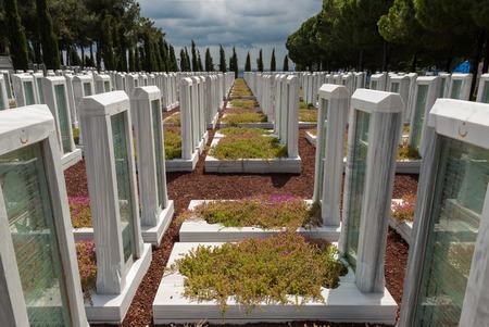 Een militaire begraafplaats op de site van Memorial Canakkale Turkse Martyrs 'op 18 april 2014 in het schiereiland Gallipoli, Turkije. Het schiereiland Gallipoli is de site van de uitgebreide Eerste Wereldoorlog slagvelden en gedenktekens aan de noordelijke oever van de Dardanellen S