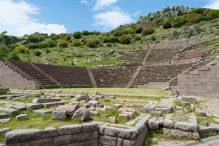 teatro antiguo: El teatro antiguo en el sitio arqueol�gico de Assos en Behramkale, Turqu�a
