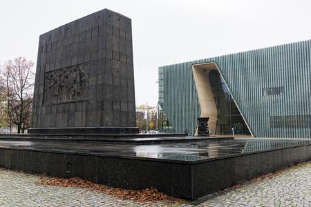 Blick auf das Denkmal für die Helden des Ghettos und das Polin-Museum, ein Museum der Geschichte der polnischen Juden, am 22. Oktober 2017 in Warschau, Polen Editorial