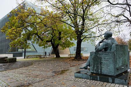 Die Statue von Ian Karski, vor dem Polin Museum, einem Museum der Geschichte der polnischen Juden, am 22. Oktober 2017 in Warschau, Polen