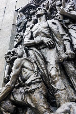 Detail des Denkmals für die Helden des Ghettos in der Nähe des Polin-Museums, einem Museum der Geschichte der polnischen Juden, am 22. Oktober 2017 in Warschau, Polen