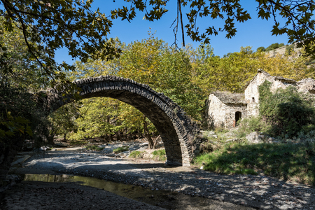 View of a traditional stone bridge and a ruined watermill near Elassona in Thessaly, Greece Standard-Bild