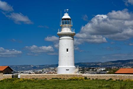 Widok na starą latarnię morską w Parku Archeologicznym Kato Pafos na Cyprze