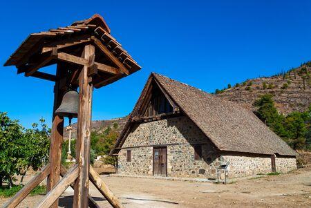 Vista della chiesa di Panagia Podithou, un sito dichiarato Patrimonio dell'Umanità dall'UNESCO sulla catena dei Troodos a Cipro
