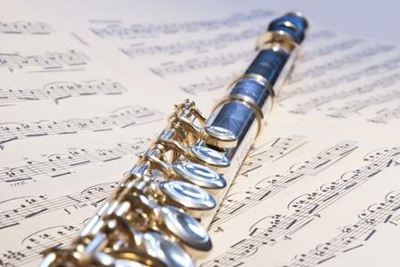 dwarsfluit: Fluit instrument op de notitie symfonie achtergrond Stockfoto
