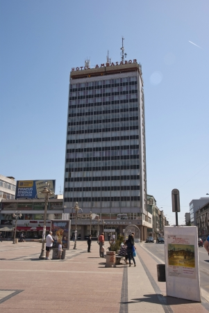 edicto: NIS, SERBIA - 28 de abril: Centro de la ciudad de Nis, Serbia con la gente y los turistas que visitan. Tomado en Nis, Serbia el 28 de abril 2013 Editorial