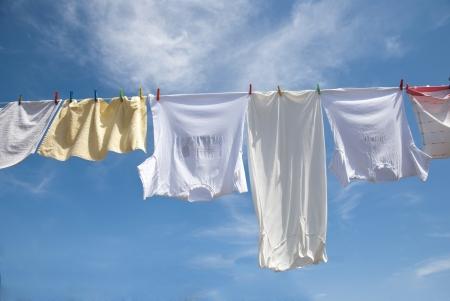 ropa colgada: Sequedad del lavadero en la cuerda al aire libre en un día soleado Foto de archivo