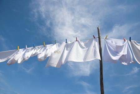 ropa colgada: Sequedad del lavadero en la cuerda al aire libre en un d�a soleado Foto de archivo