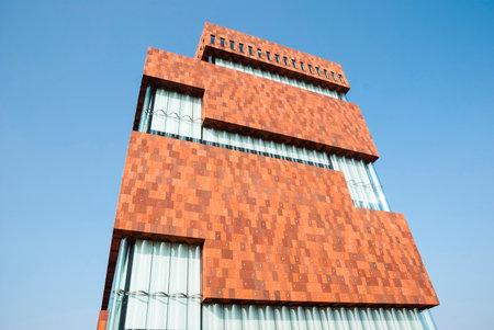 ANTWERPEN, BELGIÃ‹ - 17 maart: Museum aan ser Stroom, gelegen langs de Schelde, ontworpen door Neutelings Riedijk Architecten is de nieuwe toevoeging aan de skyline van Antwerpen sinds 2011. Genomen op 17 maart 2015