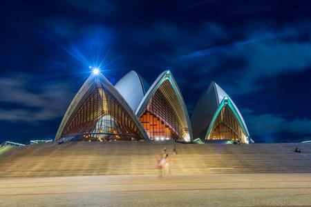 Sydney Opernhaus mit Treppe in der Nacht mit Mond, lange Belichtung
