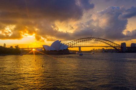 silhouette maison: Voir sur Sydney opéra et le pont Harbour au coucher du soleil
