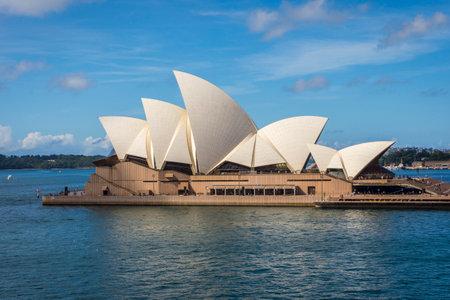 sydney opera house: View on Sydney Opera house in daylight