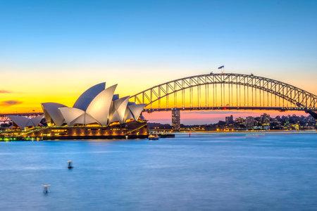 夕暮れ時シドニー オペラ ハウスとハーバー ブリッジ上を表示します。