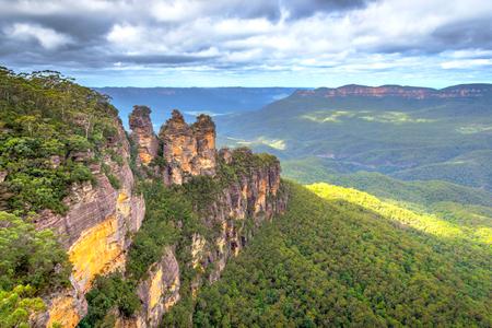 three sisters: Three sisters rock formation at blue monuntains national park, Australia