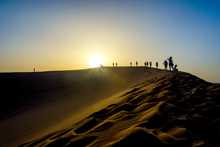 duna: Silhouette of people on the top of sand dunes Gobi desert China