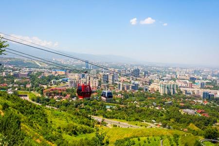 Vista sul Almaty orizzonte e funivia, Kazakhstan Archivio Fotografico - 66298950