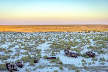 """karkas: Oude schepen in de woestijn """"schip begraafplaats"""" het gevolg van Aralmeer ramp, Muynak, Oezbekistan Stockfoto"""