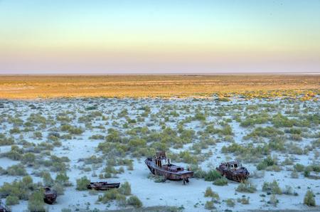 Bekijk over oude geroeste schip op de Aral Sea Ship Cemetery, Muynak, Oezbekistan Stockfoto