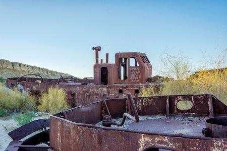 karkas: Bekijk over oude geroeste schip op de Aral Sea Ship Cemetery, Muynak, Oezbekistan Stockfoto