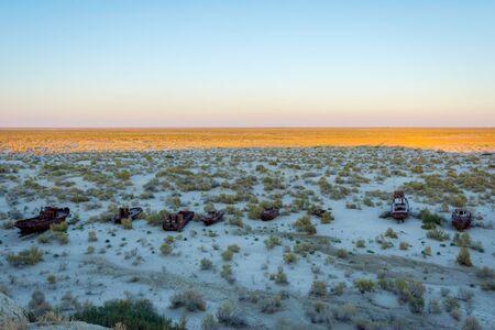 karkas: Roestig schip op schip begraafplaats in Aral Zee, Oezbekistan