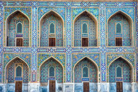 ウズベキスタンのサマルカンドで霊廟のアーチの詳細