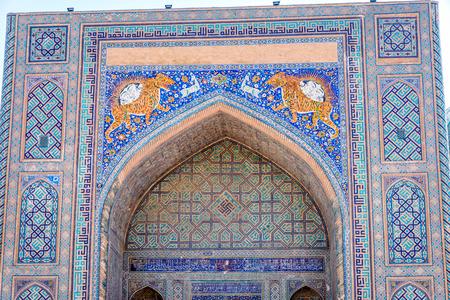 registan: Mosaic art with tigers and animals on Sher Dor Madrasah, Samarkand Registan, Uzbekistan Stock Photo