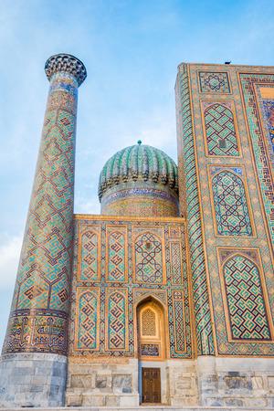 モザイク タイル、レギスタン、サマルカンド、ウズベキスタンのミナレットと青いドーム