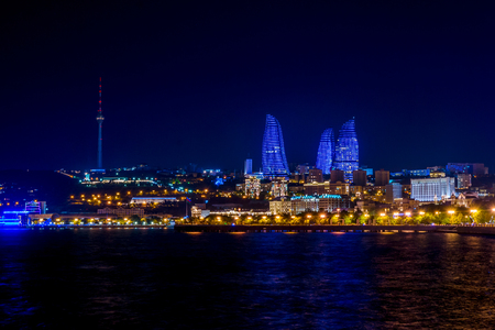 Baku downtown and flame towers illuminated at night, Azerbaijan 新聞圖片