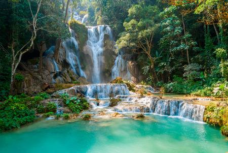 クアンシー滝のターコイズブルーの水、ルアンパバーン、ラオス