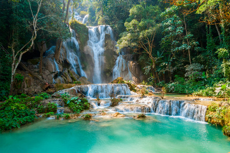 Türkisfarbenes Wasser des Wasserfalls Kuang Si, Luang Prabang, Laos