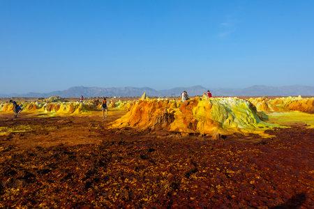 Dallol, Ethiopia - Nov 2018: Tourists passing thru colorful landscape of Dallol terrestrial hydrothermal system in Danakil desert, Ethiopia Redactioneel