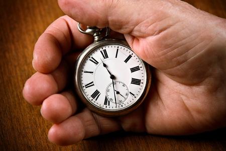 mans watch: Reloj de bolsillo en la mano del hombre superior Foto de archivo