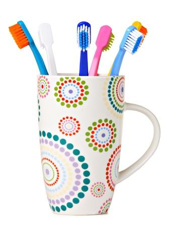 cepillo de dientes: Cepillos de dientes en Copa de cerámica, aislados en blanco