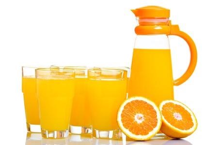 limonada: Jarra y vasos llenos de jugo, aislado en blanco