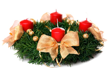 the advent wreath: Corona de Adviento, aislado en blanco