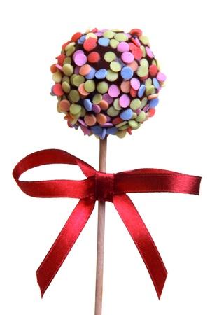 paleta de caramelo: Cake Pop con la cinta roja, aislado en blanco