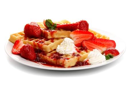 panqueques: Waffles con fresas frescas, aislados en blanco