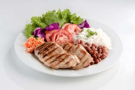 carne de pollo: Plato típico de Brasil, arroz y frijoles