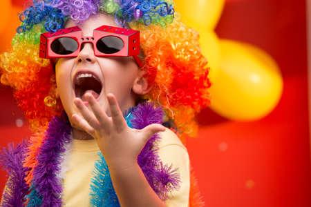 bambini: Bambino divertirsi al carnevale in Brasile