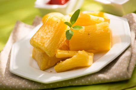 Cuisine brésilienne frit yucca. Profonde racine de manioc frit. Banque d'images - 49852115