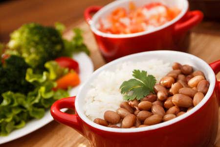 Plato típico de Brasil, arroz y frijoles Foto de archivo