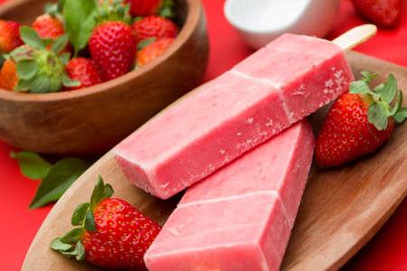 helados con palito: Se adhieren helado sabor a fresa