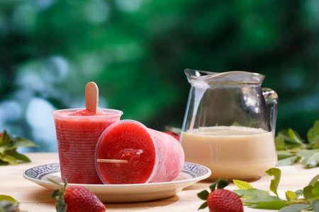 helados con palito: Se adhieren sabor a fresa helado. receta casera
