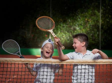 jugando tenis: niños jugando al tenis