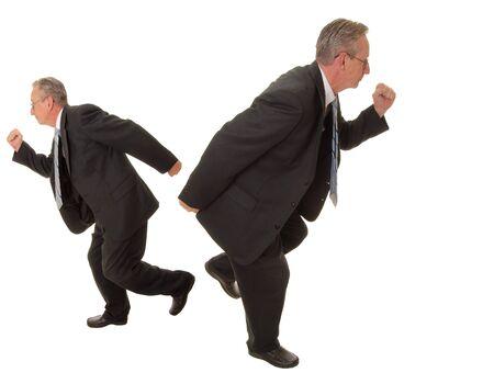 going in: Superior hombre de negocios va en dos direcciones diferentes, al mismo tiempo