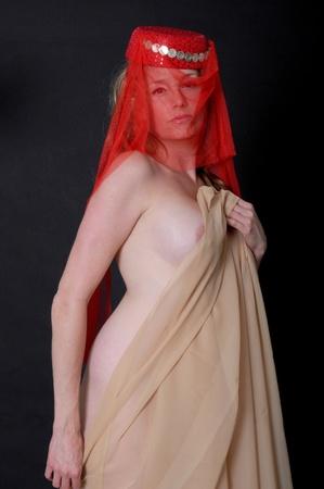 bailarinas arabes: Ni�a bonita har�n llevando un velo rojo