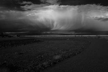 desert storm: Tormenta del desierto de monocromo sobre las monta�as y el desierto suroeste Foto de archivo