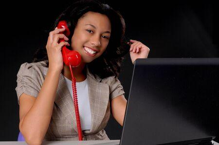 Mooie Afrikaanse Amerikaanse bedrijfsvrouw die bij computerlaptop werkt